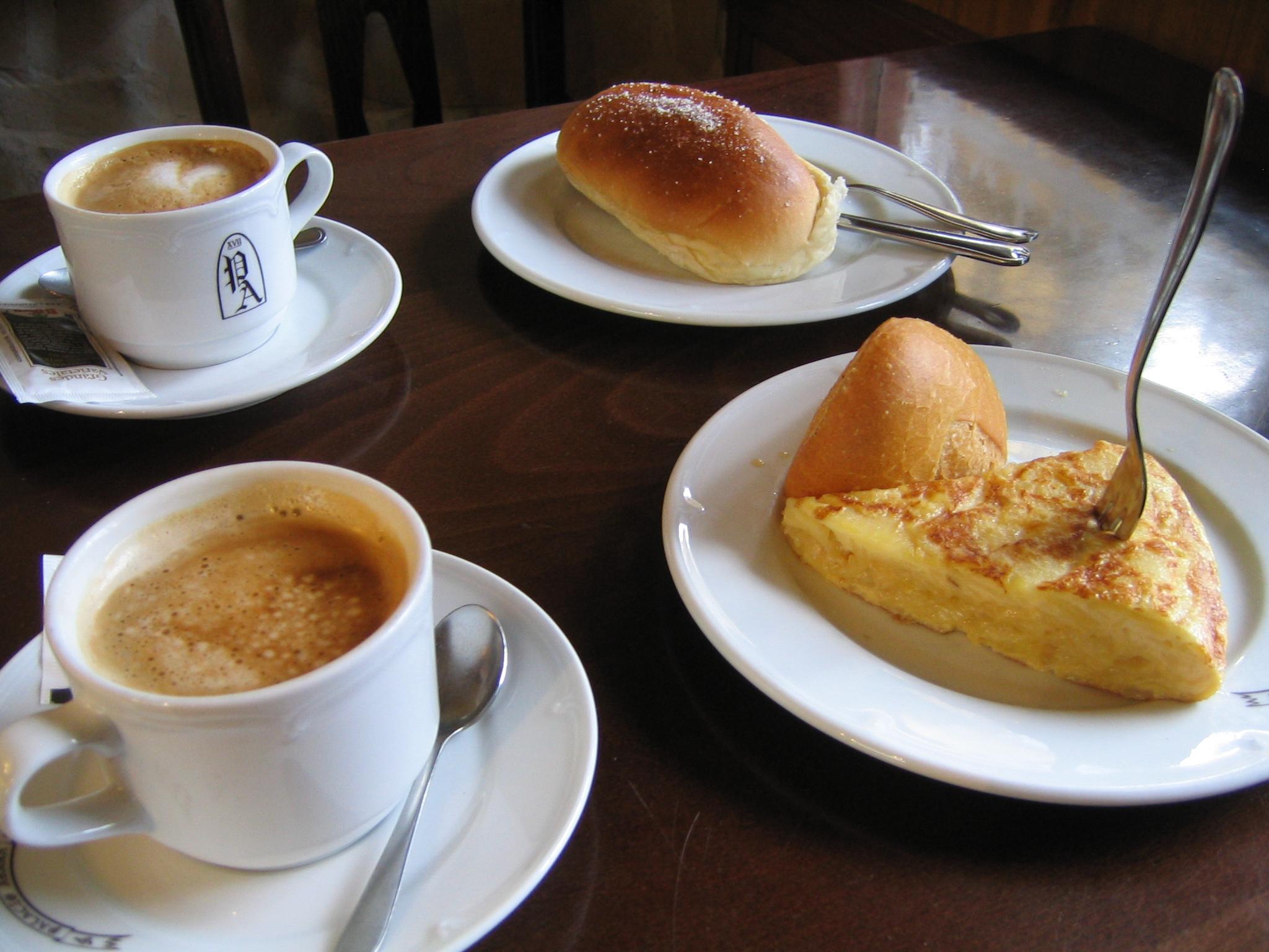 Desayuno_con_dos_cafés,_bollo_y_tortilla